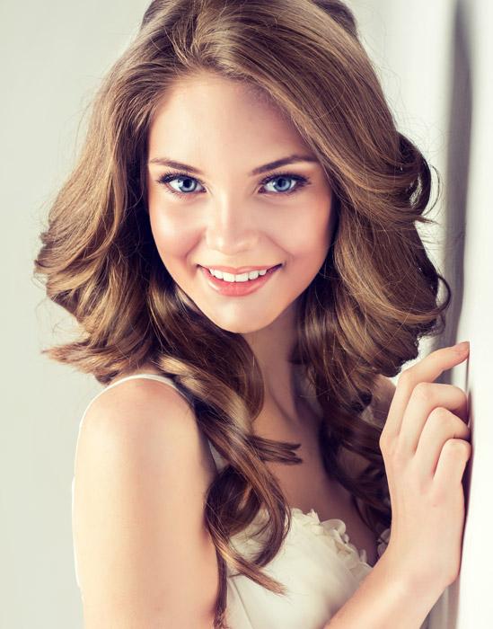 フリー写真 青い瞳の外国人女性のポートレイト