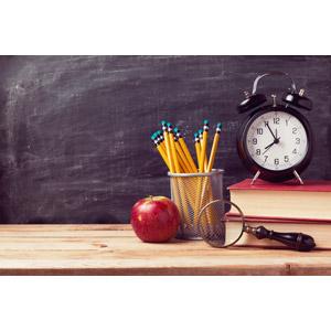 フリー写真, 学校, 教育, 時計, 目覚まし時計, 鉛筆(えんぴつ), 本(書籍), 虫眼鏡(ルーペ), リンゴ, 黒板