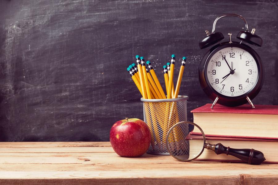 フリー写真 鉛筆と本と時計などの学校のイメージ