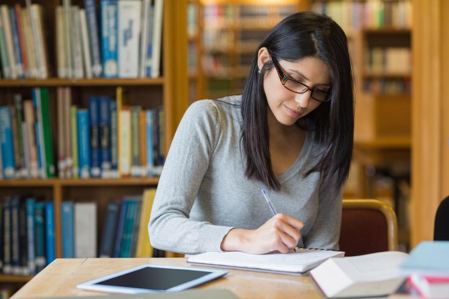 フリー写真 図書館で勉学に励む女子大学生