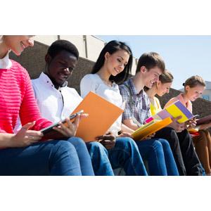 フリー写真, 人物, 集団(グループ), 学生(生徒), 大学生, 勉強(学習), ノート, タブレットPC, 座る(ベンチ)