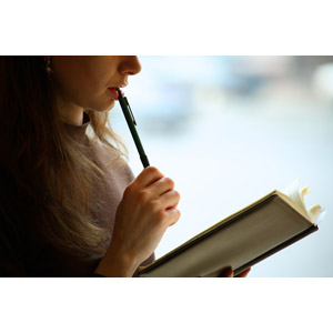 フリー写真, 人物, 女性, 外国人女性, 学生(生徒), 大学生, 考える, 勉強(学習), 読む(読書), 本(書籍)