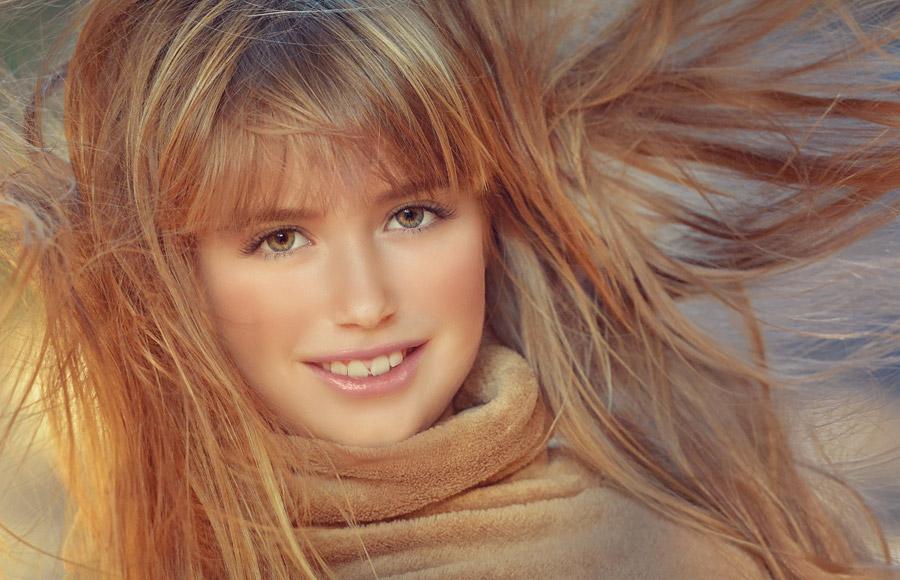 フリー写真 髪の毛が風に舞っている女の子