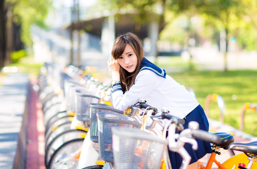 フリー写真 自転車に跨る女子高生