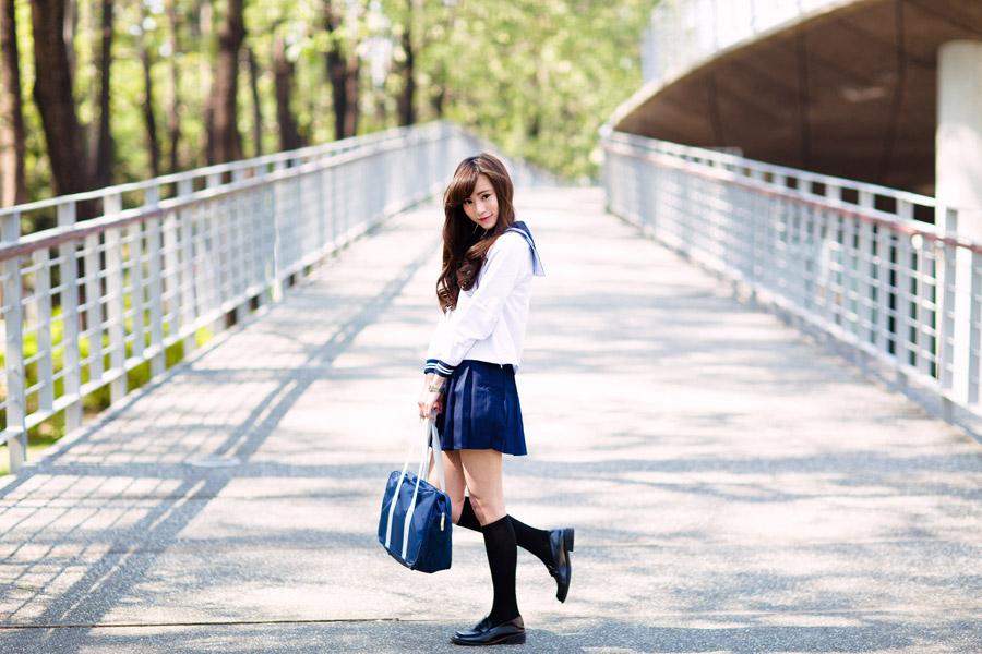 フリー写真 坂道とセーラー服姿の女子高生