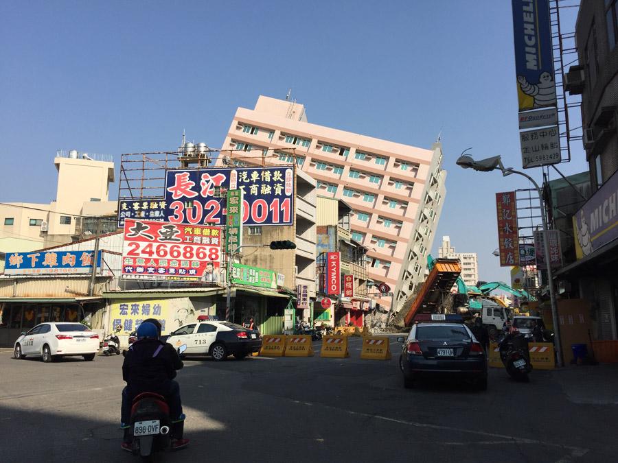 フリー写真 2016年台湾南部地震によって傾倒した京城銀行