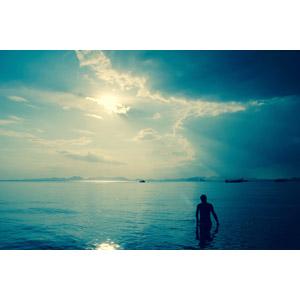フリー写真, 人物, シルエット(人物), 人と風景, 海, 海水浴, 太陽光(日光)