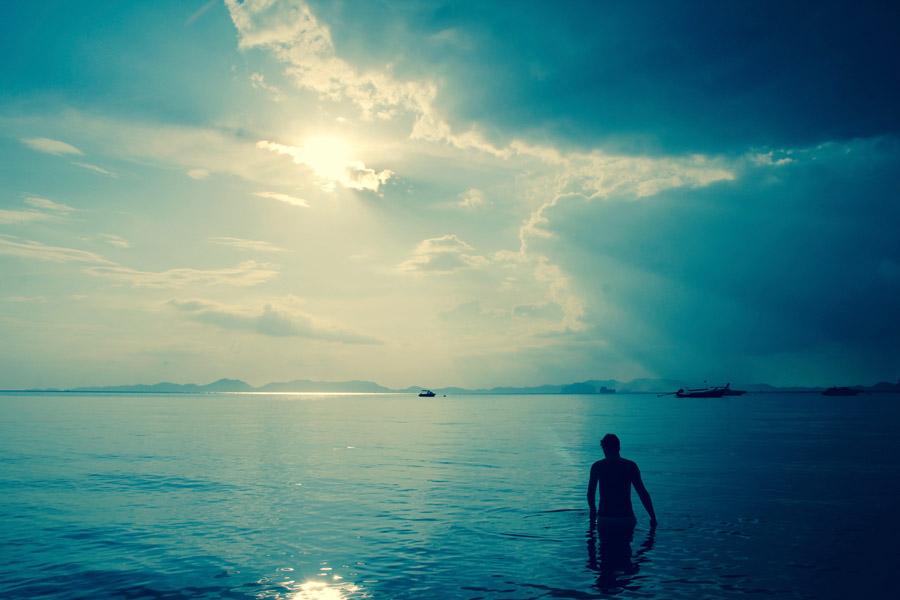 フリー写真 海に入る人物のシルエット