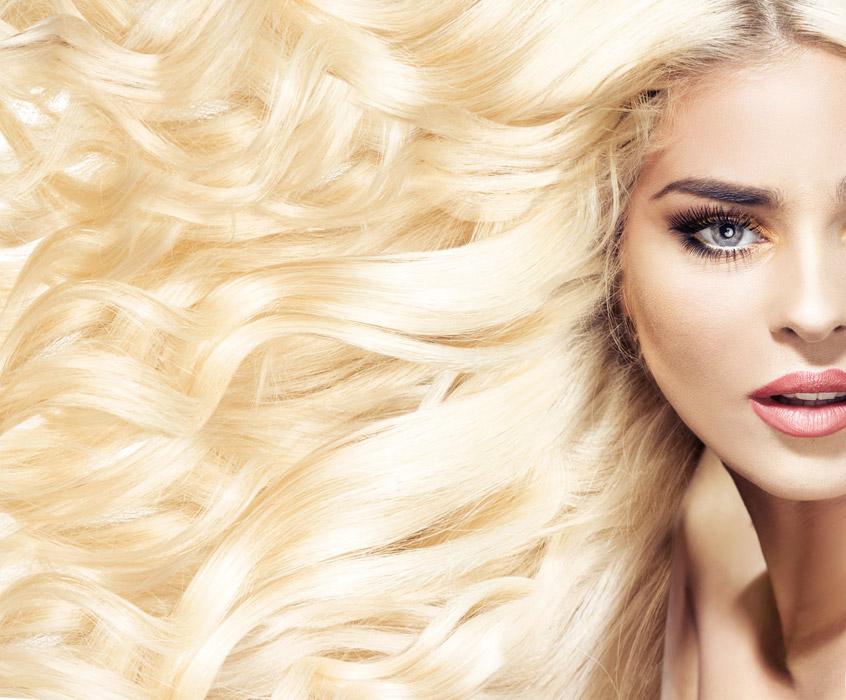 フリー写真 金髪のヘアスタイルの外国人女性