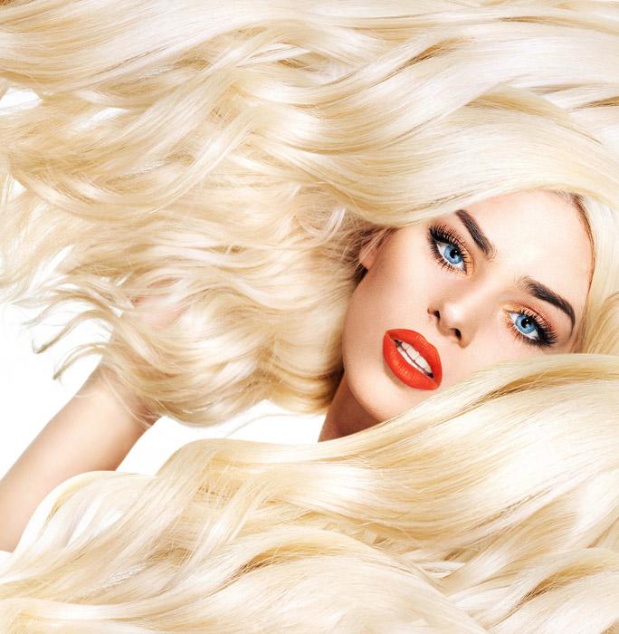 フリー写真 ブロンドの髪の毛と青い瞳の外国人女性