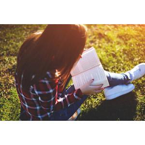 フリー写真, 人物, 女性, 外国人女性, 少女, 外国の少女, 座る(地面), 芝生, 読む(読書), 本(書籍), 勉強(学習)