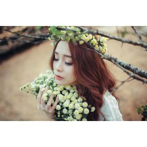 フリー写真, 人物, 女性, アジア人女性, 女性(00127), ベトナム人, 人と花, 花束, 花, 枝, 目を閉じる