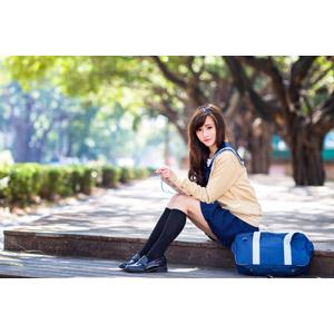 フリー写真, 人物, 少女, アジアの少女, 中国人, 女性(00160), 学生(生徒), 学生服, 高校生, スクールカーディガン, セーラー服(学生服), 座る(階段), 通学鞄