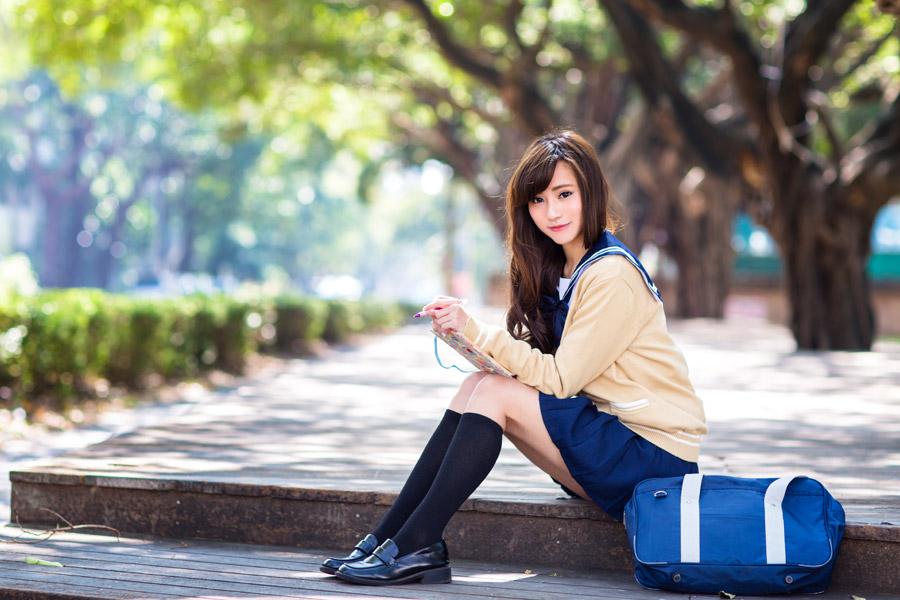フリー写真 デッキの上に座る女子高生
