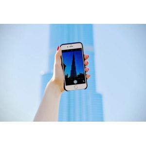 フリー写真, 人体, 手, スマートフォン(スマホ), 写真撮影, ブルジュ・ハリファ, ドバイ