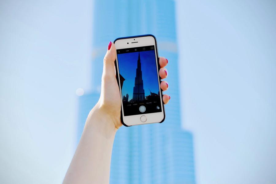 フリー写真 ブルジュ・ハリファを撮影するスマホと手