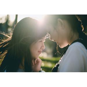 フリー写真, 人物, 少女, アジアの少女, 二人, おでこをつける, 友達, 横顔