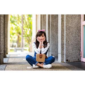 フリー写真, 人物, 女性, アジア人女性, 女性(00160), 座る(地面), あぐらをかく, 頬杖をつく, バンダナ, サロペット