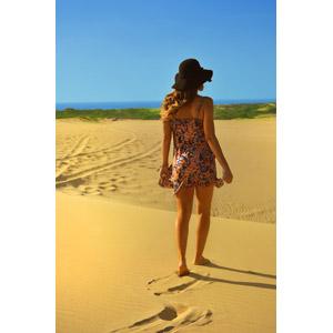 フリー写真, 人物, 女性, 外国人女性, 後ろ姿, 帽子, キャペリンハット, 人と風景, ビーチ(砂浜)