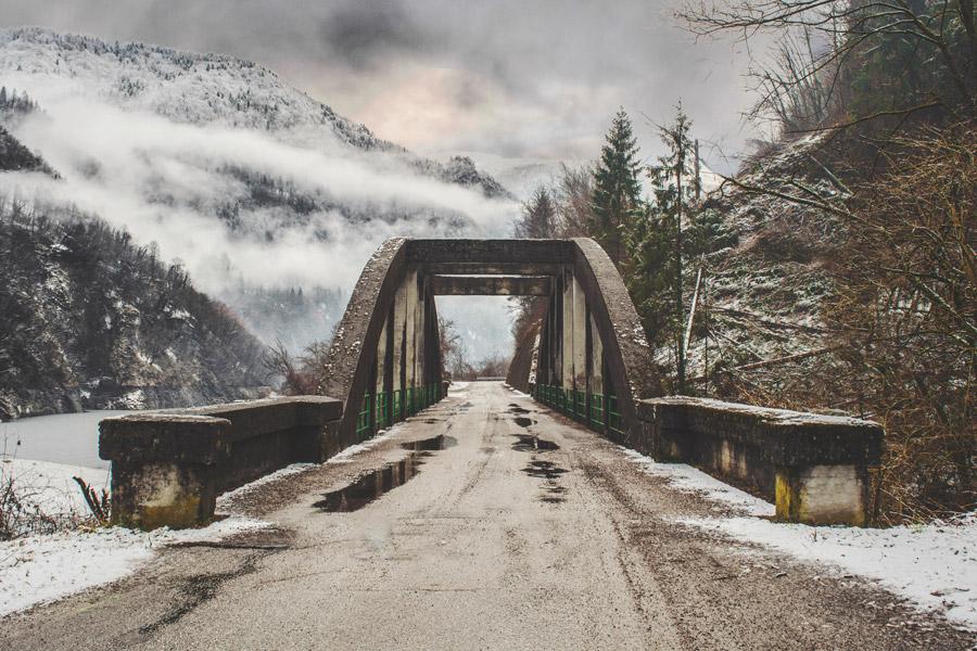 フリー写真 雪に覆われた山と橋の風景