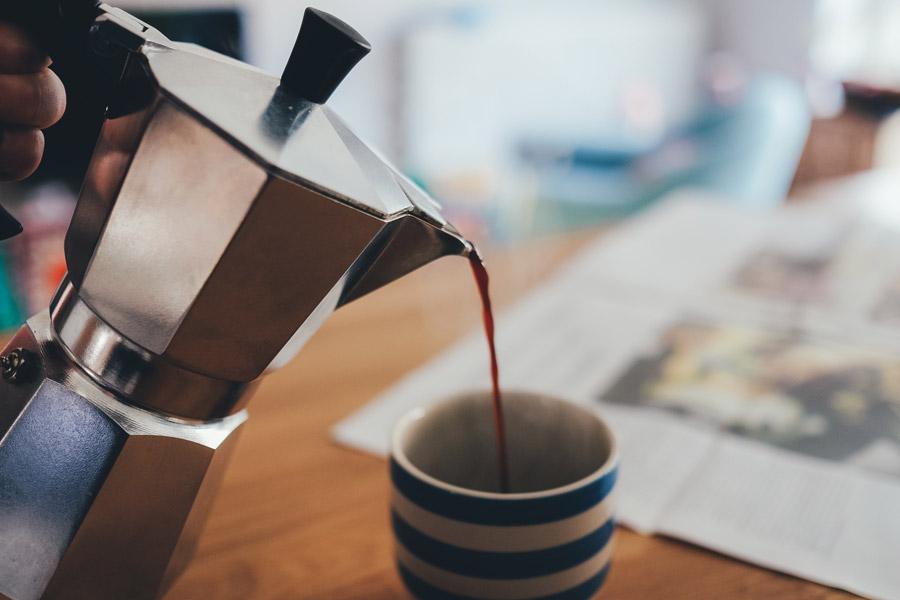フリー写真 コーヒーを注ぐエスプレッソメーカー