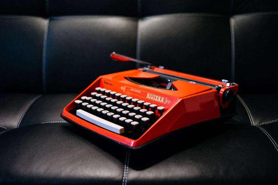 フリー写真 赤色のタイプライター