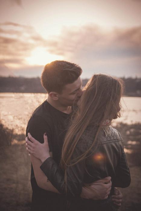 フリー写真 夕陽とキスをするカップル