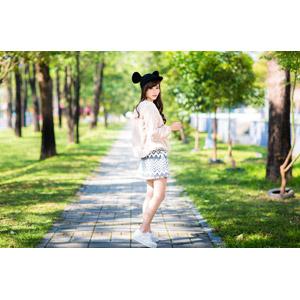 フリー写真, 人物, 女性, アジア人女性, 女性(00160), 中国人, ミッキー帽子, 振り返る