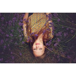 フリー写真, 人物, 女性, 外国人女性, イギリス人, 人と花, 紫色の花, 目を閉じる, 仰向け, 寝転ぶ