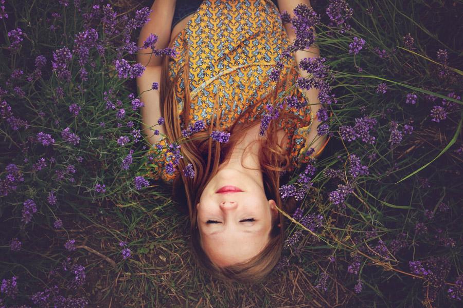 フリー写真 花と仰向けに寝転ぶイギリス人女性