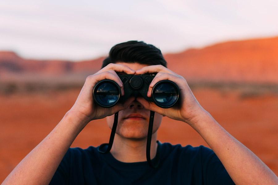 フリー写真 双眼鏡を覗く男性