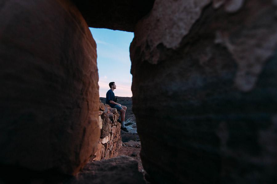 フリー写真 岩の穴から見る外国人男性