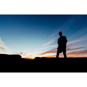 フリー写真, 人と風景, シルエット(人物), 男性, 空, 雲, 飛行機雲, 夕暮れ(夕方)