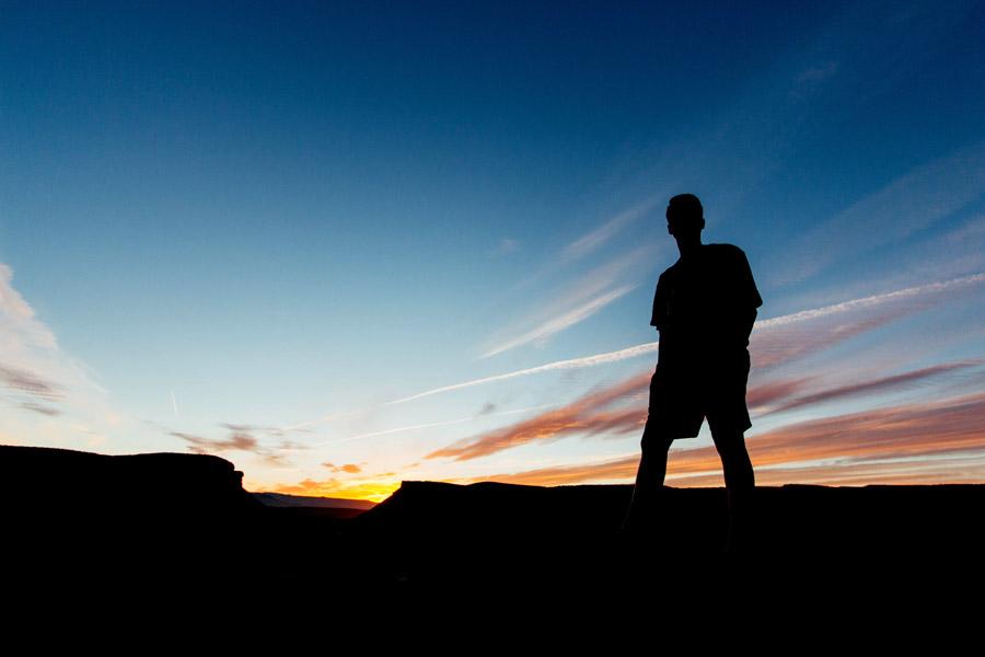 フリー写真 夕空と男性のシルエット