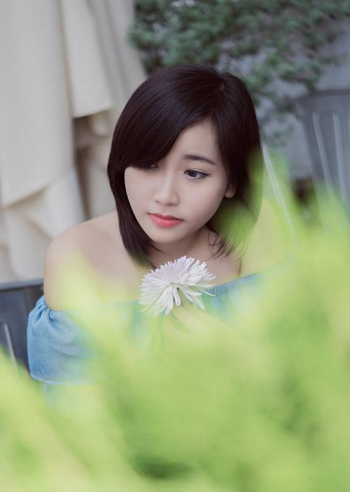 フリー写真 一輪の花とベトナム人女性