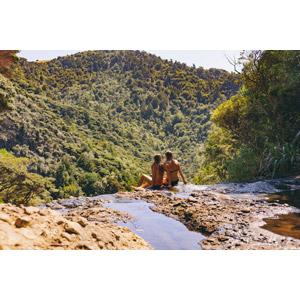 フリー写真, 人物, 少女, 外国の少女, 後ろ姿, 水着, ビキニ, 河川, 川遊び, 水遊び, 二人, 座る(地面)