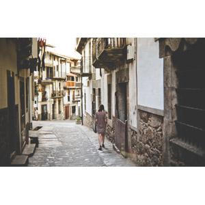 フリー写真, 人と風景, 女性, 後ろ姿, 建造物, 建築物, 街並み(町並み), 路地, スペインの風景, 歩く