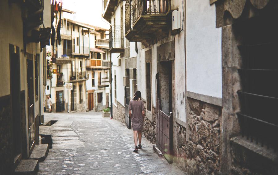 フリー写真 スペインの路地を歩く女性の後ろ姿