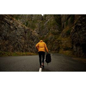 フリー写真, 人物, 人と風景, 後ろ姿, 歩く, 道路, 岩山, リュックサック(ナップサック)
