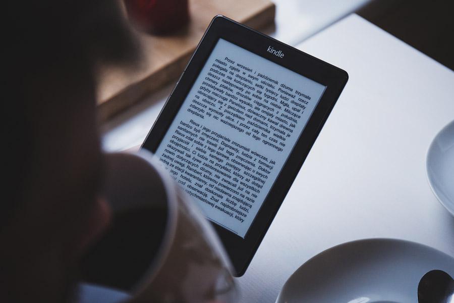 フリー写真 電子書籍を読みながらコーヒーを飲む人物
