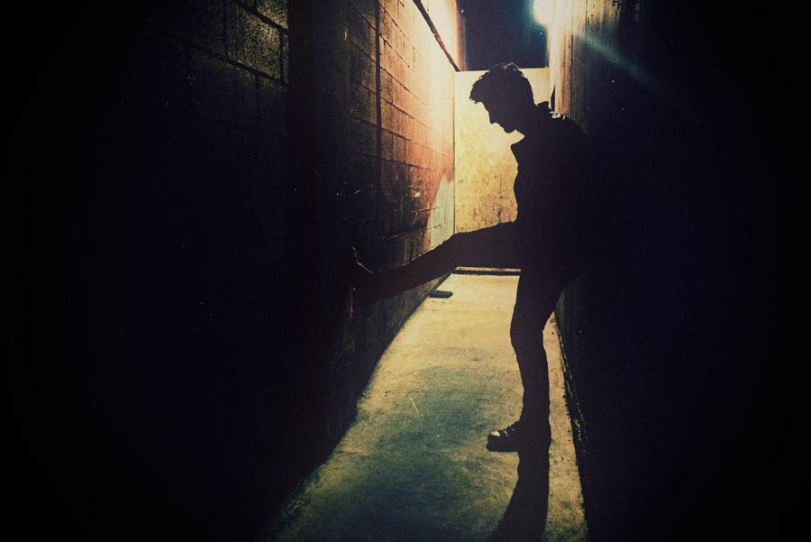 フリー写真 夜の路地裏に立つ男性