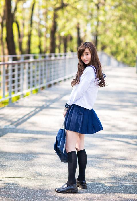 フリー写真 セーラー服姿の女子高生の全身ショット