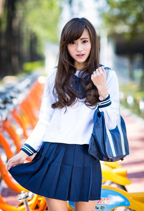 フリー写真 スカートの裾をつまむ女子高生