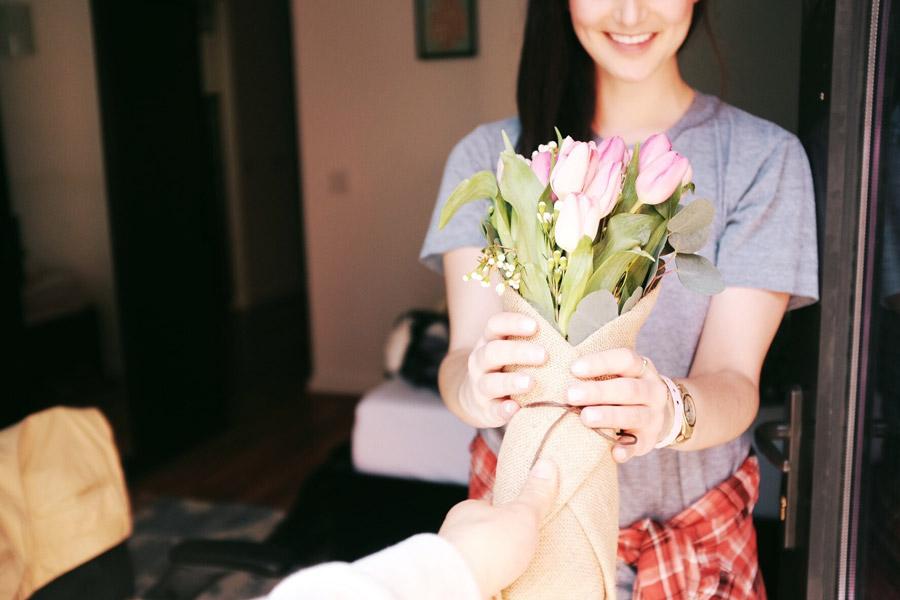 フリー写真 彼女に花束のプレゼント