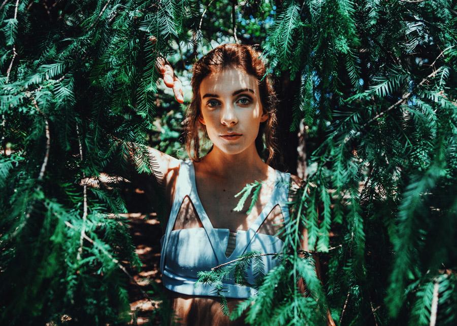 フリー写真 枝葉と外国人女性のポートレイト