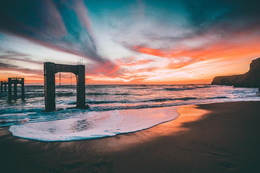 フリー写真 夕暮れのビーチと建設中の橋脚