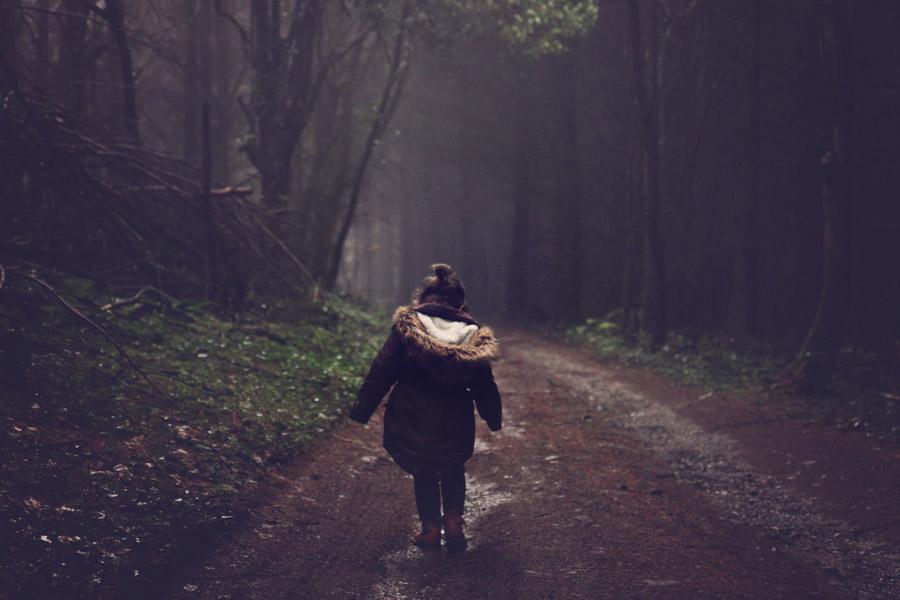 フリー写真 森の道を歩く女の子の後ろ姿