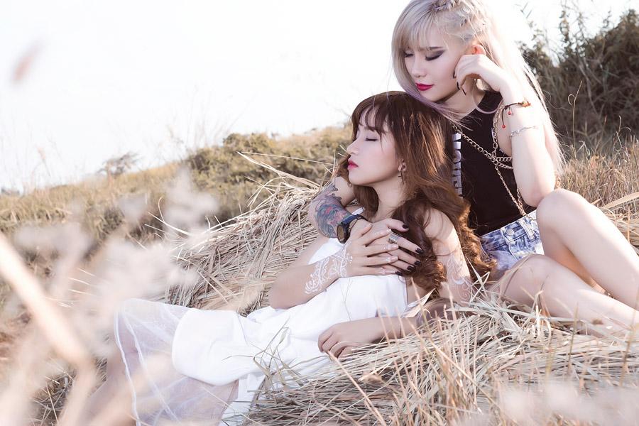 フリー写真 干し草の上の二人の女性