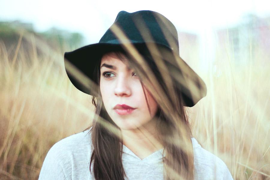 フリー写真 草むらと帽子を被った女性