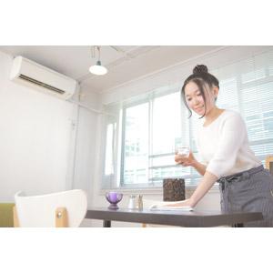 フリー写真, 人物, 女性, アジア人女性, 日本人, 女性(00037), ウェイトレス, 喫茶店(カフェ), 飲食店, 仕事, 職業, 拭き掃除